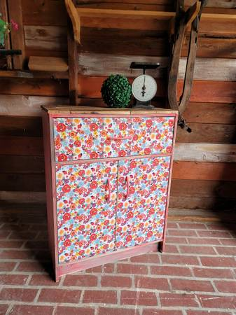 Photo Pioneer Woman Style Cupboard - $80 (GLADSTONE)