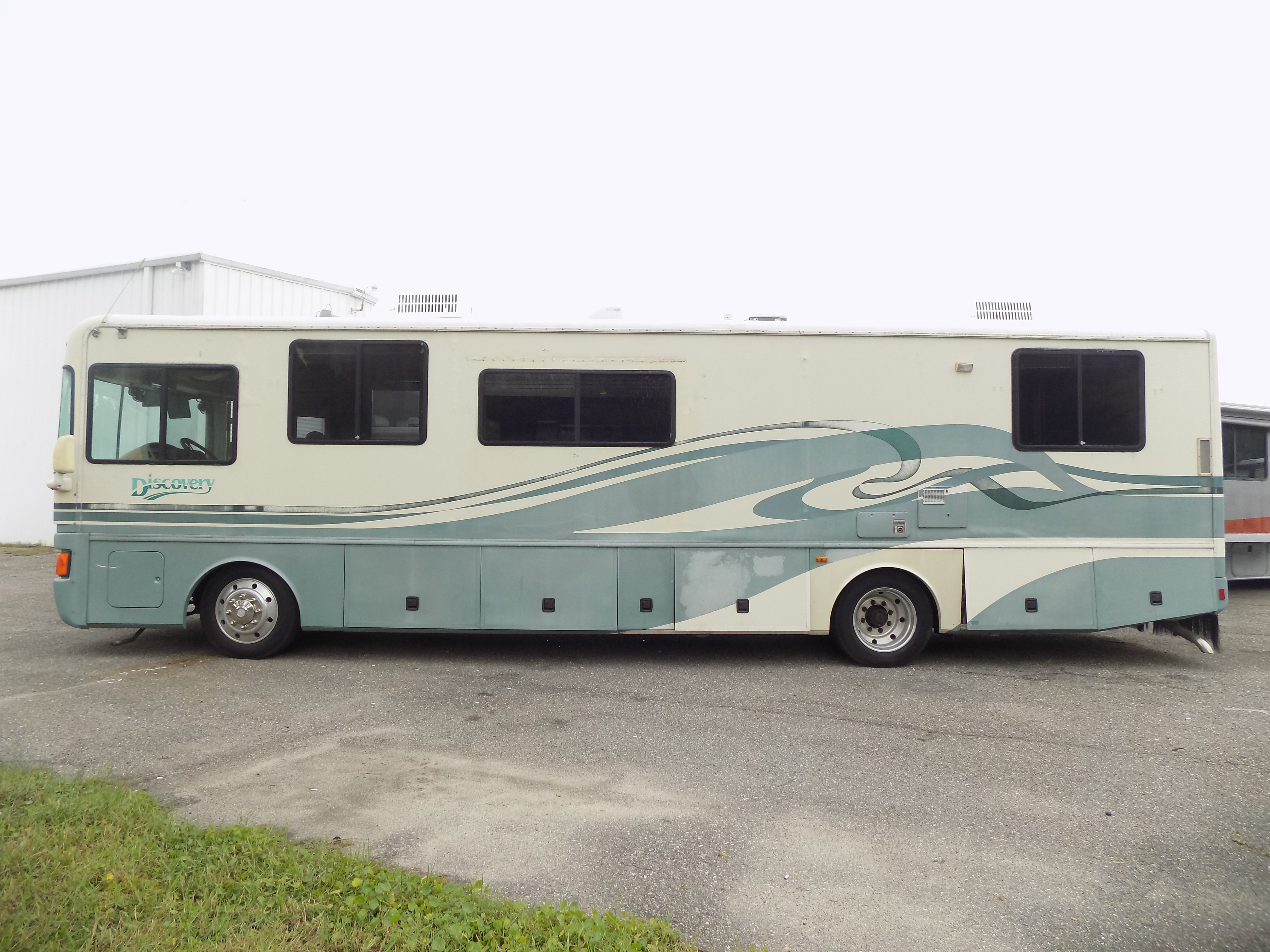 Photo 1996 Fleetwood DISCOVERY 36R WORKING MANS SPECIAL $ 9900  Make an Offer