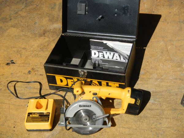 Photo Dewalt DW930 12v 5-38 Trim Saw - $40 (Ventura)