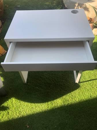 Photo White desk - $100 (East ventura)