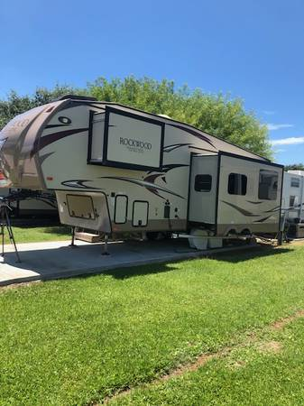 Photo 2018 Rockwood by Forrest River 5th Wheel - $29,500 (Victoria)