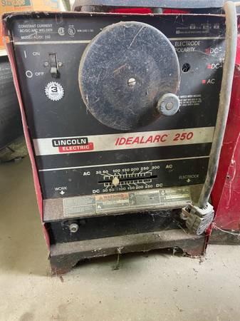 Photo Lincoln welding machine lot of 12 - $1,000 (Victoria)