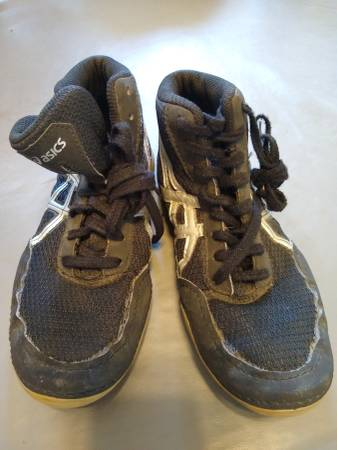 Photo Asics matflex wrestling shoes youth size 1.5 - $20 (Exeter)