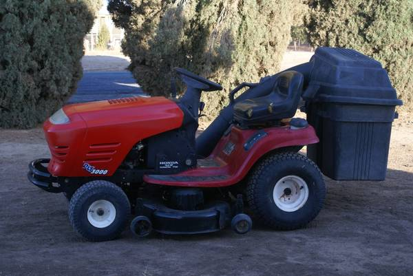 Photo Craftsman DLT 3000 Riding Lawnmower - $700