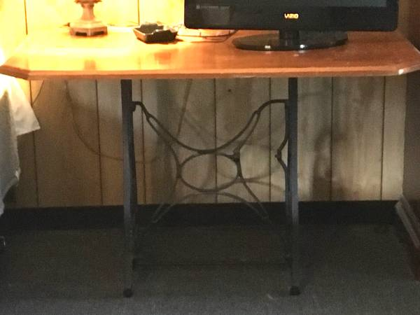 Photo cast iron New Home sewing maching base - $60 (Hubbard)