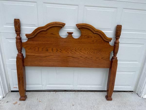 Photo Queen 4 Post Oak Bed - $75 (Waterloo)