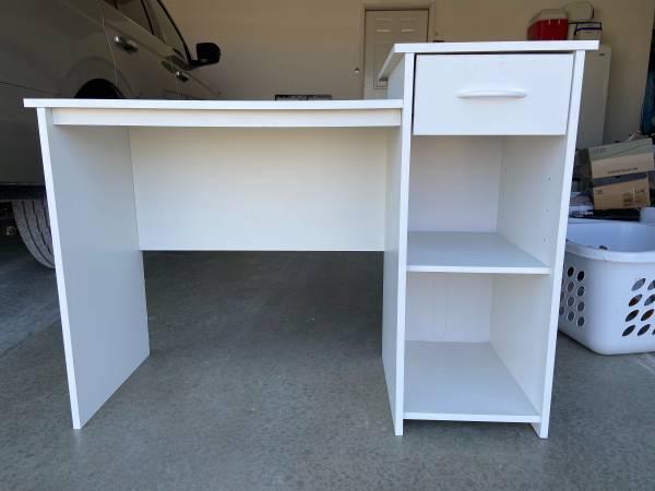Photo White desk - $50 (Shell Rock)
