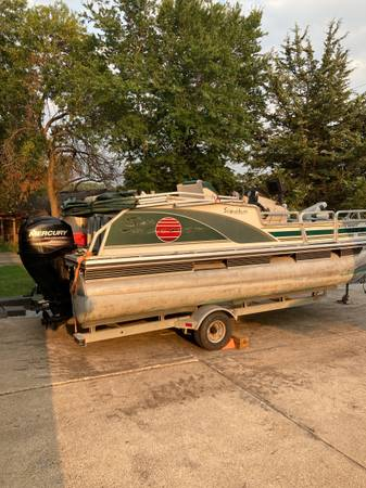 Photo tracker signiture series bass buggy 18 pontoon - $9,995 (Des Moines)