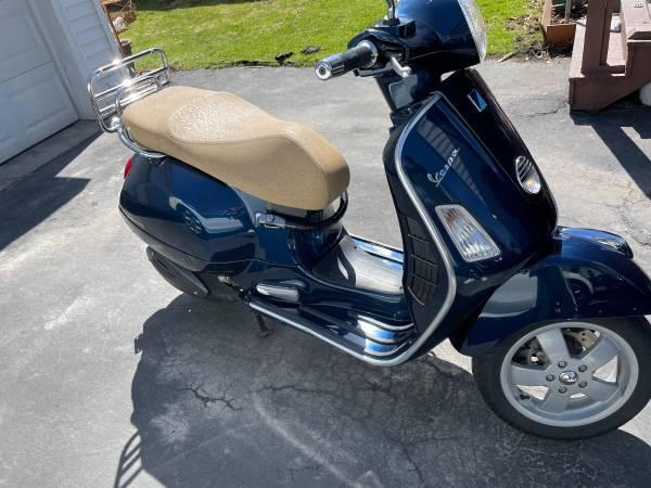 Photo 2013 Vespa GTS 300 - $4,000