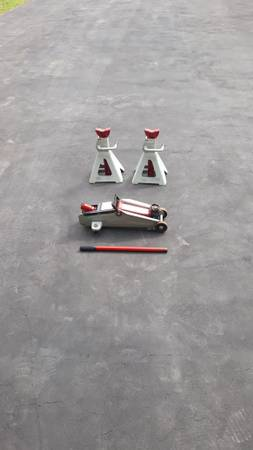 Photo 2 each 4 ton jack stands - $30 (Le Ray)