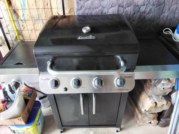 Photo REDUCED Charbroil Propane BBQ Grill (4) Burner with Side Warmerr - $120 (OBO Calcium)