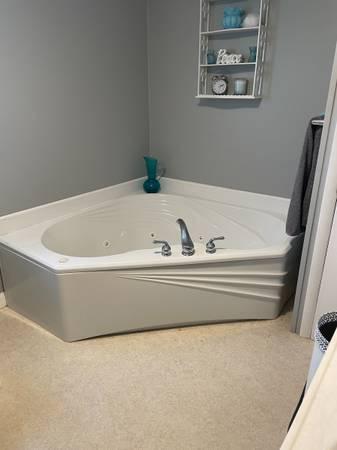 Photo Whirlpool tub - $400 (Watertown)