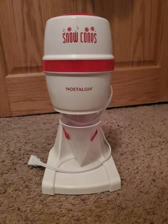 Photo Small snow cone machine - $10 (merrill)