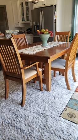 Photo Solid Oak dining table with 6 chairs - $500 (Mosinee)