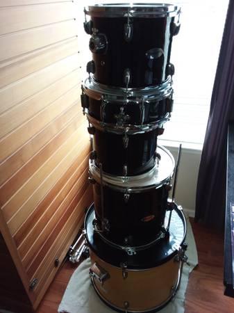 Photo Fender Starcaster 5 Piece Drum Set - $200 (Cashmere)