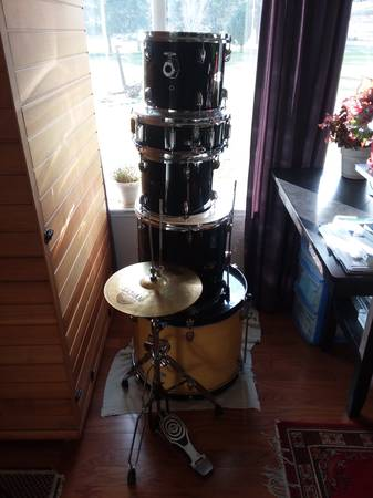 Photo Fender Starcaster 5 Piece Drum set - $250 (Cashmere)