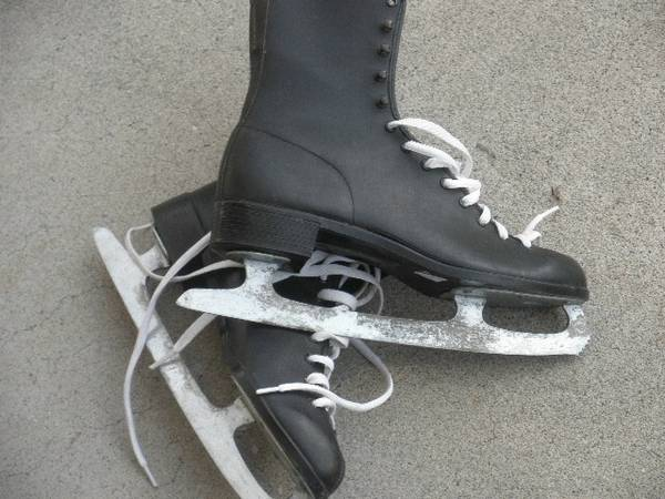 Photo ICE SKATES SIZE 8 AND 9 - $10 (WENATCHEE)