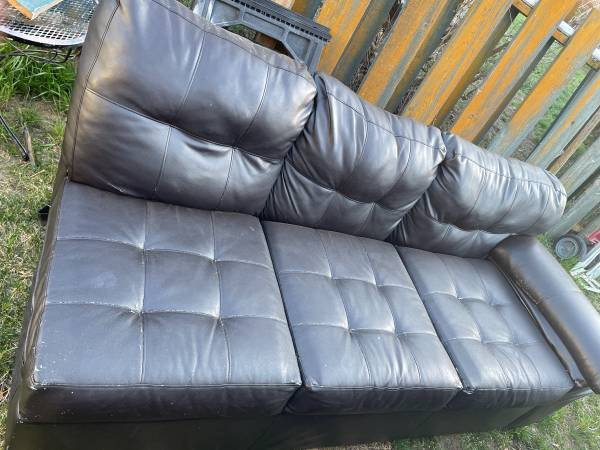 Photo Im giving away couches (Wenatchee wa)