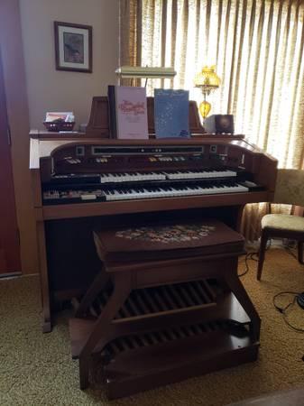 Photo Lowrey Symphonic Theater Organ - PENDING PICKUP - $1 (Wenatchee, WA)