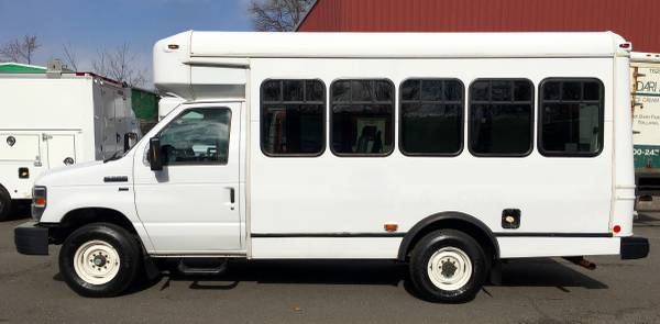 Photo 2014 FORD E-350 8 PASSENGER SHUTTLE BUS WHEELCHAIR LIFT HANDICAP VAN - $13900 (ENFIELD CT)