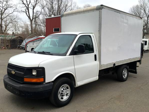 Photo 2016 CHEVY EXPRESS 3500 12FT BOX TRUCK LIFTGATE ONLY 30K MILES NICE - $23,900 (ENFIELD CT)