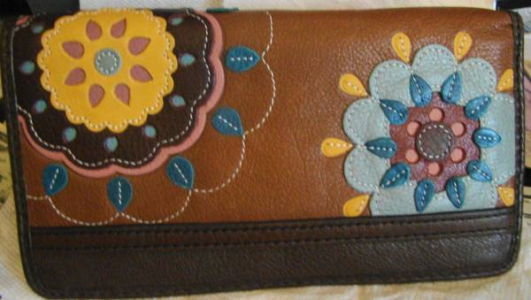 Photo FOSSIL LEATHER WALLET - $10 ((Chicopee) 28 Willow Street, Chicopee, MA, 01020-3066)