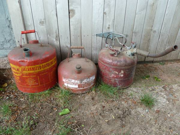 Photo Vintage gas cans (Chicopee)
