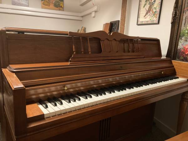 Photo Wurlitzer Upright Piano - $800 (Easthton)
