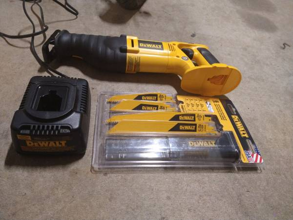 Photo 18 volt dewalt sawzall with charger and a blade kit no battery - $81 (Crofton)