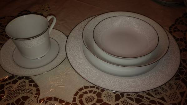 Photo FINE CHINA DINNERWARE 7 PERSON PLACE SETTING (Hagerstown)