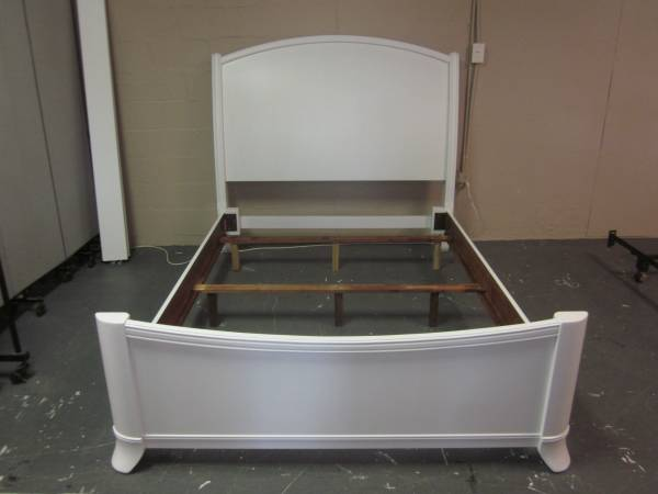Photo White solid wood queen size sleigh bed - $245 (Hagerstown)