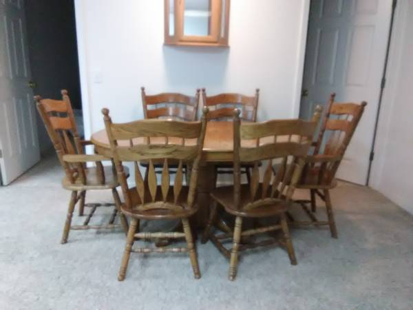 Photo Oak Dining Table and 6 chairs - $300 (Silverton)