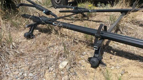 Photo Thule gutter roof rack with 2 Rocky Mounts upright bike racks - $300 (durango)
