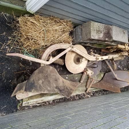 Photo Farmall Cub Plow - $100 (New Cumberland)