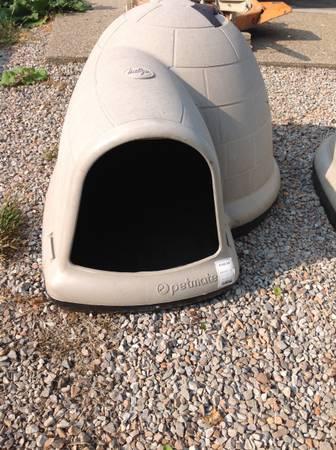 Photo Petmate Igloo dog house - $100 (Nineveh)