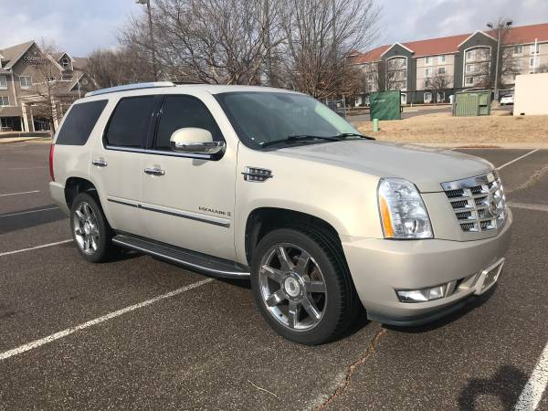 Photo 2008 CADILLAC ESCALADE LOW MILES AWD LEATHER 3RD ROW CLEAN CARFAX - $15988 ($302.00 A MONTH WITH ZERO CASH DOWN)
