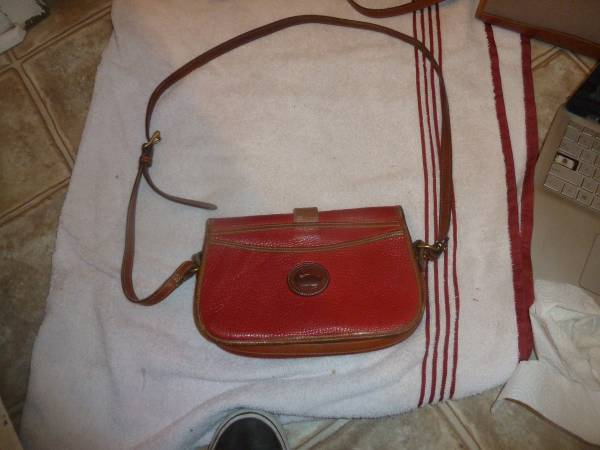 Photo vintage RED dooney and bourke all weather leather duck shoulder purse - $39 (Waxahachie)
