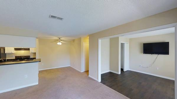 Photo Use the long weekend to move into your new apartment (5300 New Centre Drive Wilmington, NC)