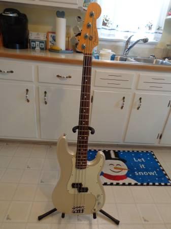 Photo Fender American Standard P-Bass w case - $900 (WINCHESTER)
