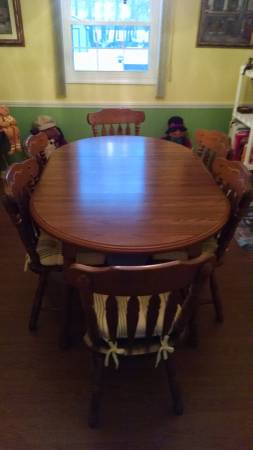 Photo Oak dining room table and chairs - $700 (South Winston)