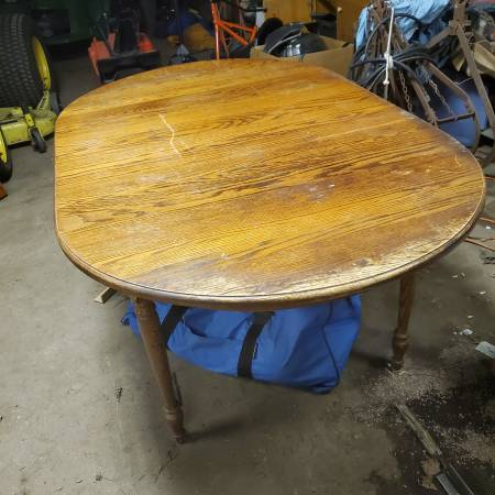 Photo Large solid Oak Dining table with 6 chairs needs refinish - $175 (Lancaster)