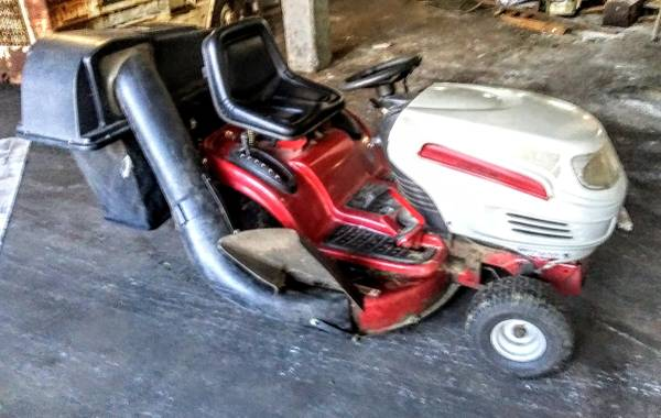 Photo WHITE 16.5 HP RIDING LAWN MOWER TRACTOR WITH BAGGER - $500