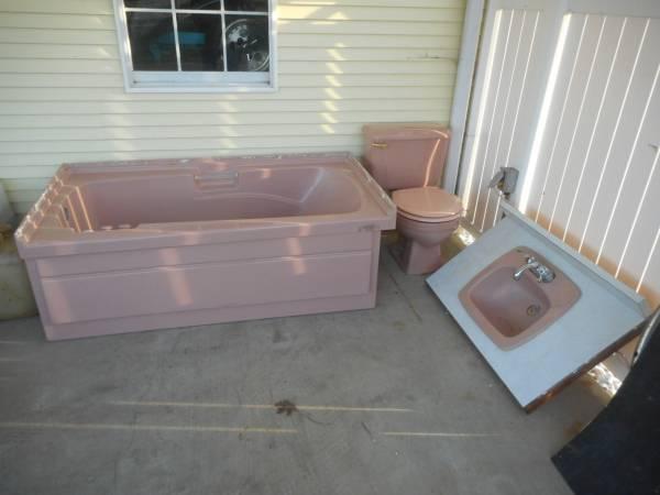 Photo Whirlpool tub ,vanity top, commode - $300 (POMEROY OHIO)