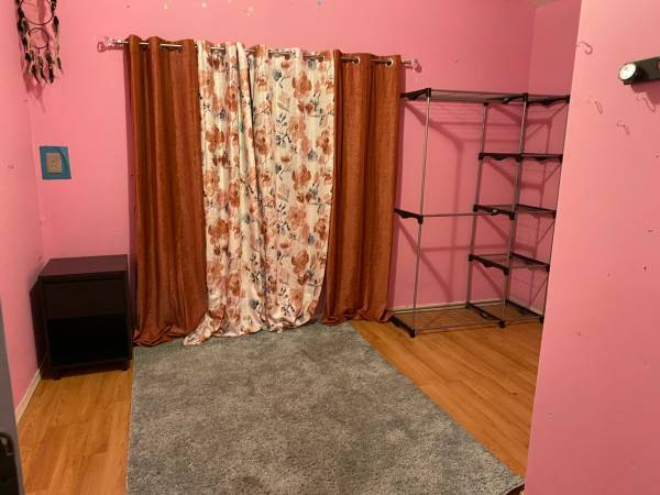 Photo Pink colored room for rent (you can paint over it any color you want lol) (Yakima)