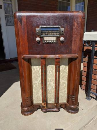 Photo Vintage art Deco Zenith floor model radio - $100 (York)