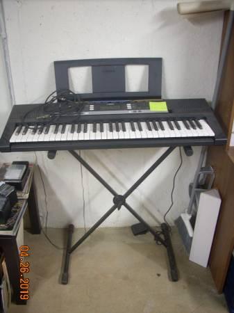 Photo Yamaha PSR E243 Keyboard - $50