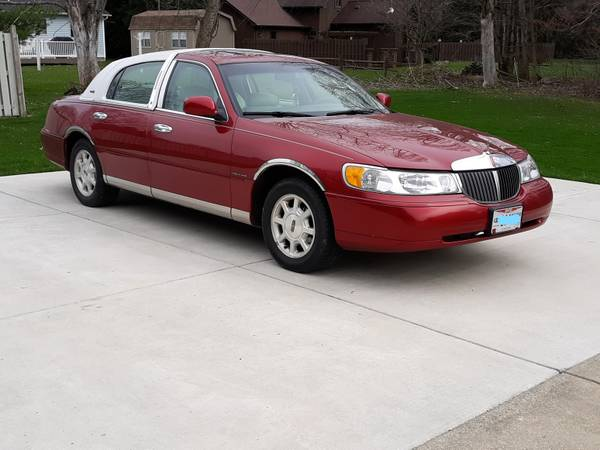 Photo Red 2000 Lincoln Town Car Signature Touring Low Miles Cold Air Mint - $4900 (Poland, Ohio)