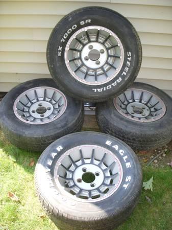 Photo old school 4 lug 1976 14x6 TURBINE wheels - $225 (Youngstown)