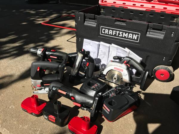 Photo Craftsman Cordless Tool Set 6 tools 3 batteries and Packout toolbox - $275 (Make an Offer)