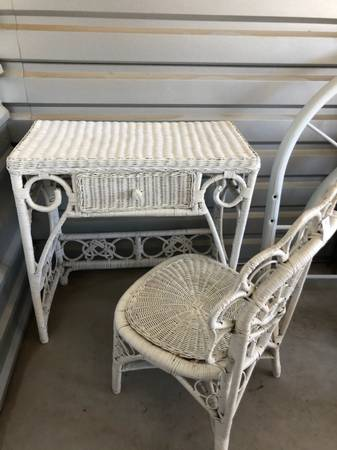 Photo LOVELY WHITE WICKER VANITY SET WITH DESK AND CHAIR - $65 (Yuma Foothills)